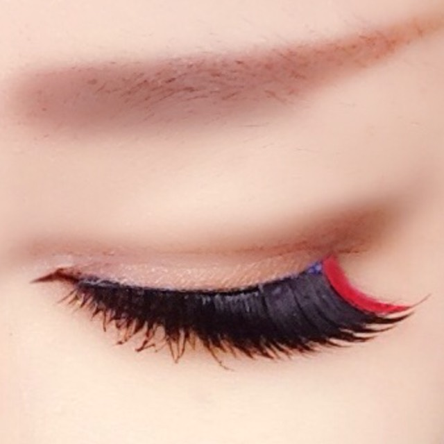 私はつけまの目尻一束を赤ポスカ→赤シャドウで塗ったものをつけました。こうすると瞬きする度に赤がチラついて可愛いです 眉はお好みで