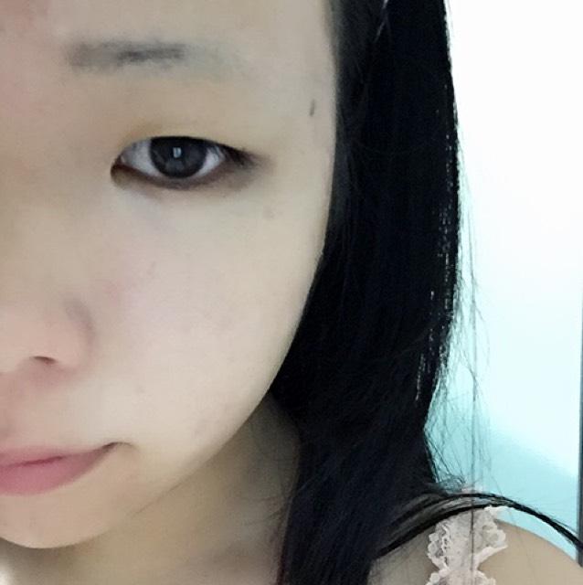 CCクリームを塗ります。手順1からそうなんですが、瞼の上には塗らないでください。二重にしづらくなります。