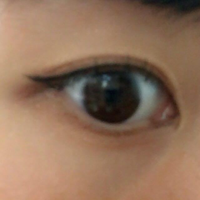 目頭から目尻まで黒のリキッドライナーで細く目の際に引く。 目尻は跳ねさせる。 切開ライン書いても可愛いと思います♡