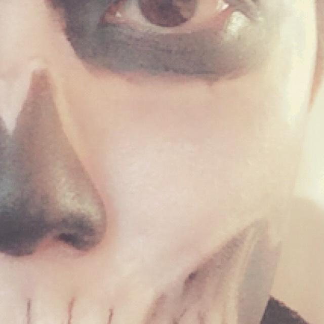 目や鼻などの黒く塗り潰した箇所の周辺に黒系のシャドウで影をつけ立体感を出します。 全体のバランスを見て、濃い部分はドーラン・薄い部分はシャドウなど使い分けると◎