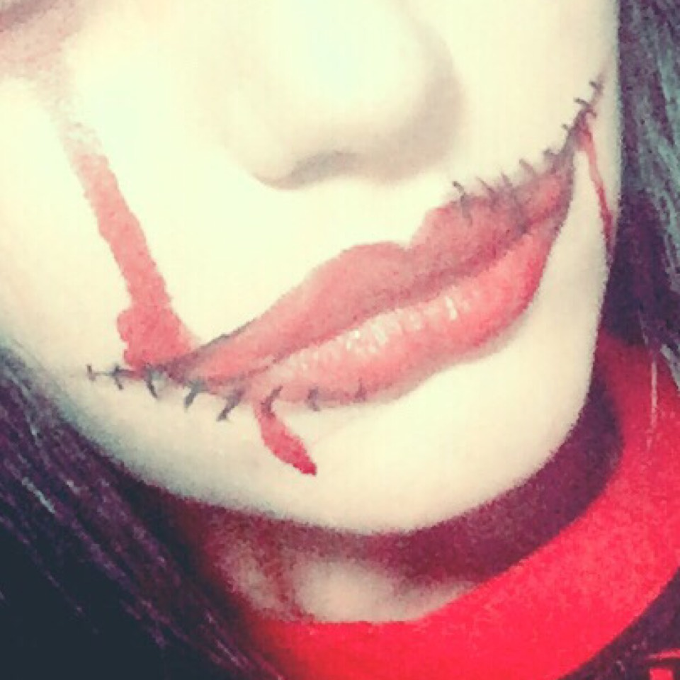 ちふれの赤リップで中を塗りつぶす!他にも目の下や口元に引いて血がたれたのを表現!