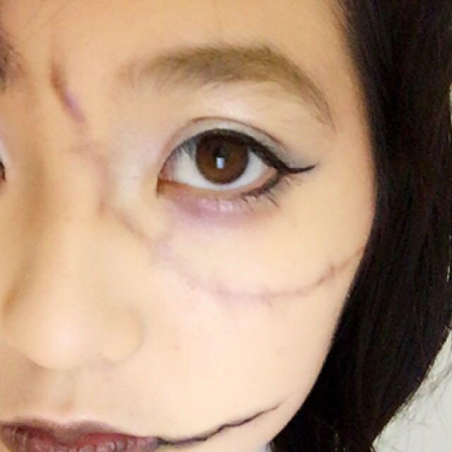☆顔の縫い目☆ 薄いブラウンのアイライナーでベースの線を引いてから隈で使ったアイシャドウと赤で囲んである2色を使ってぼかします。