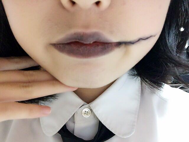 ☆リップ☆ リップクリームで唇を潤してから、パレットの右上の黒いアイシャドウをポンポンします。 アイライナーで口の端からギザギザラインを描いて、黒のシャドウや縫い目で使ったアイシャドウでぼかします。