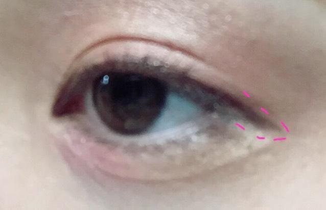 先ほどのアイライナーでピンク線のように、 目の幅まで細くひきます。