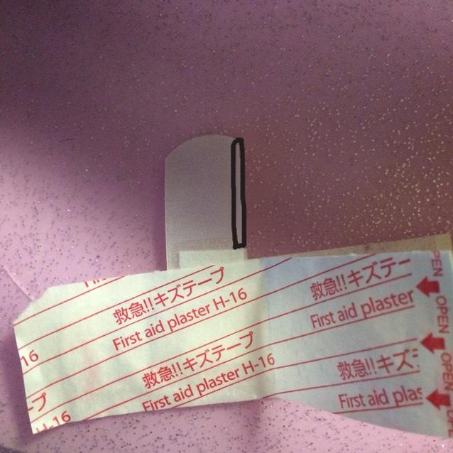 絆創膏を横に切ります。