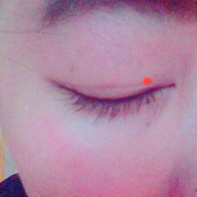 まぶたを拭いてからはがして半目の状態で目頭から貼ります(赤いところ)  → 引っ張りながら目尻にはります  →はがれないように目尻、目頭を押さえます