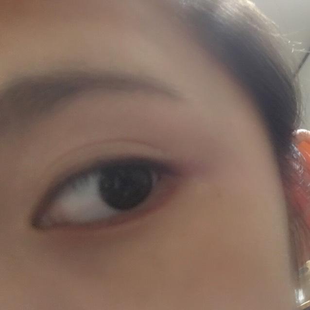 目の下に赤のラインを引きます  私はエチュードハウスのリップライナーを代用してます。