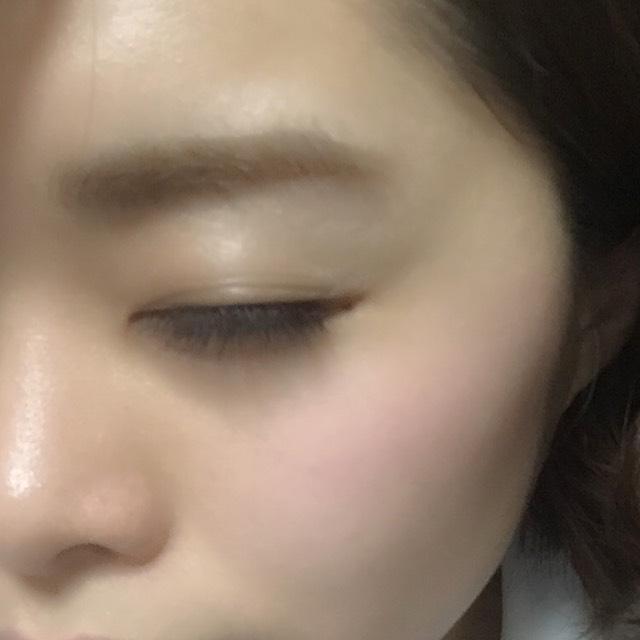 続いて眉毛。ペンシルで眉毛の輪郭をなぞり、私は眉尻が薄いので輪郭の中もうっすら埋めます。仕上げに眉毛マスカラを一度ティッシュオフして、皮膚につかない程度に液を落としてから眉毛をとかすように色づけます。