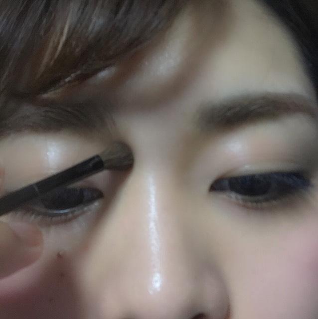 続いてお顔にメリハリをつけます。眉毛から流れるように肌の色に馴染むカラーのノーズシャドーを入れます。