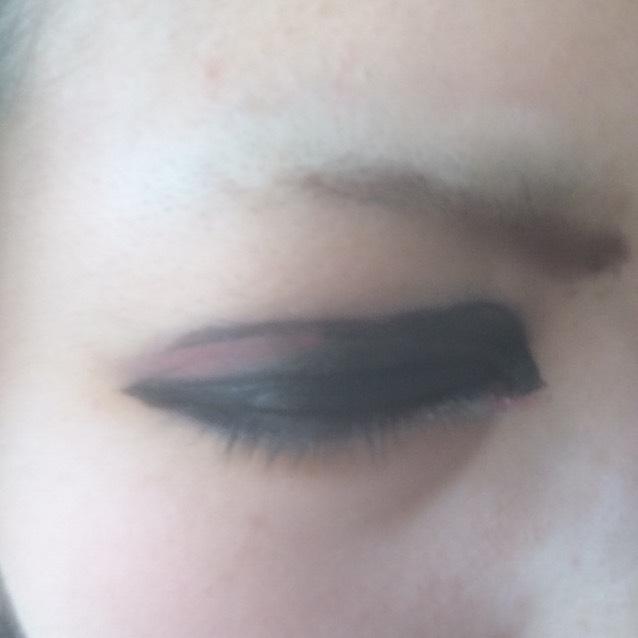 右側はビジュアル系意識で黒塗りです。目頭から涙袋にシルバーで強調させています。