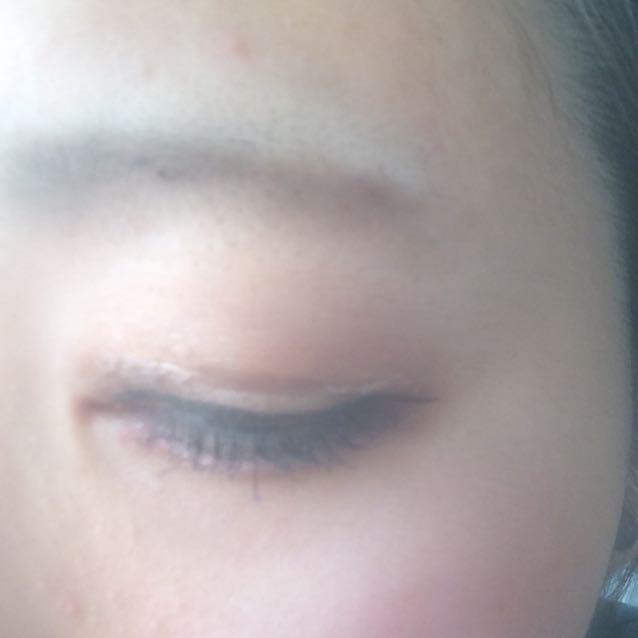 左側は下瞼に赤シャドウを入れて血色よくラインもすっきり