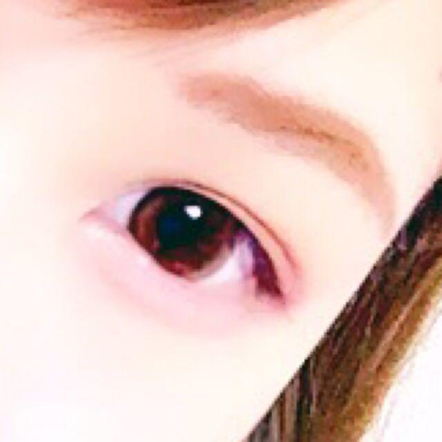 眉はふわっとを意識して少し太めに。眉マスカラで色をつけます。 マスカラは上まつ毛だけに長さを出すように塗ります。