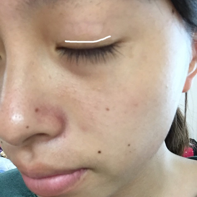これをまつげの生え際から 1ミリ程上に目の形に沿って塗ります。