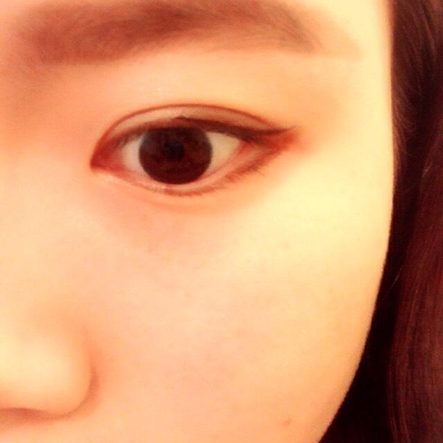 目の下の黒目のはじっこから目尻にかけてブラウンペンシルライナーで描きます。