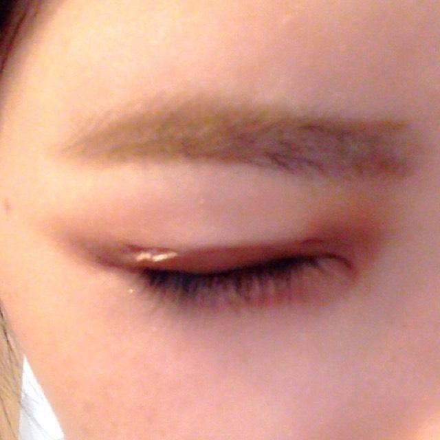 アイブロウペンシルで眉毛を描きます