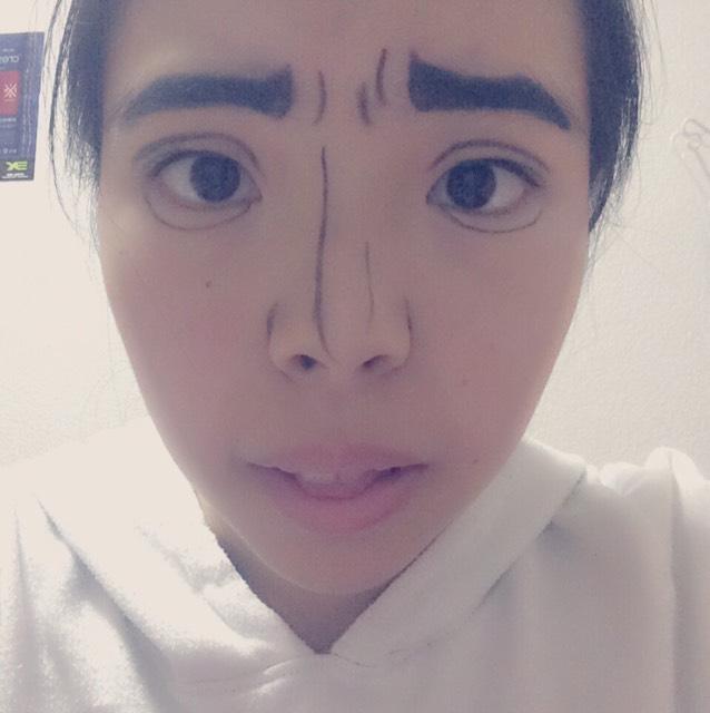 肌をなるべくマットに仕上げます。 そして、眉毛と二重のラインと眉間のシワなどの線をアイライナーで書いていきます