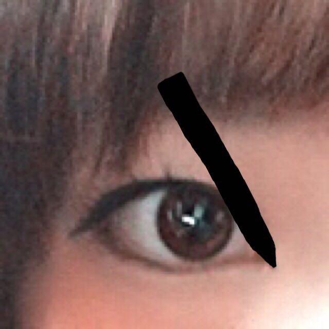 目頭から自分の目のラインにペンを添えて、チョンチョンと書いていきます。