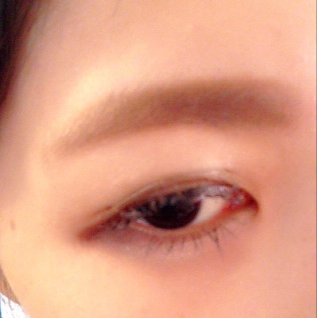 ②のパウダーをのせます 眉毛はふわふわな太眉を作るのがコツです