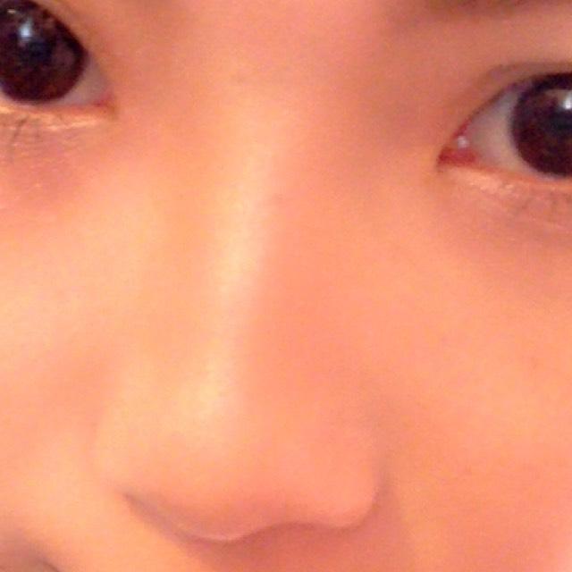 ラメなしのブラウンを眉頭の下から鼻に沿ってのせて手でぼかしたら キャンメイクのノーズシャドウのブラウンを同じところにぬり、鼻筋にハイライトをのせます