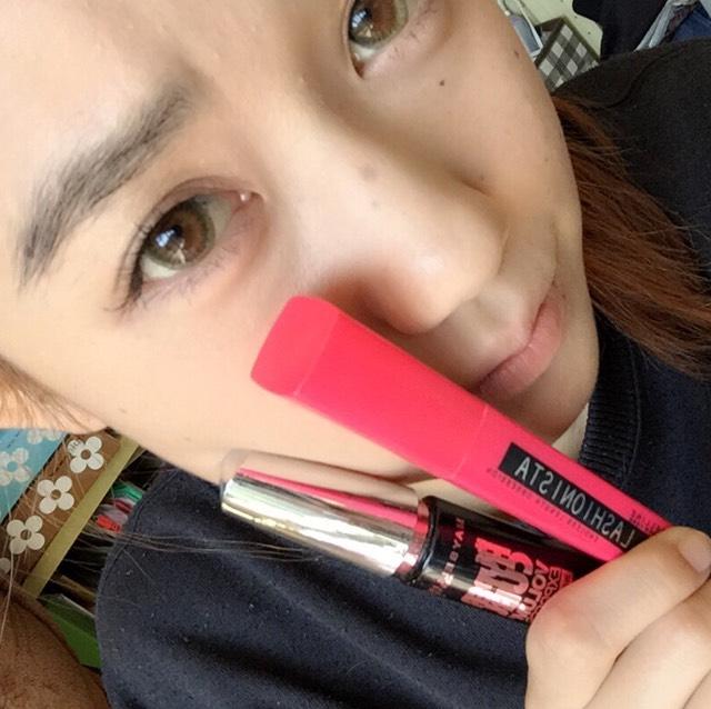 黒のマスカラを下地代わりに塗った後ピンクで長さをだす。