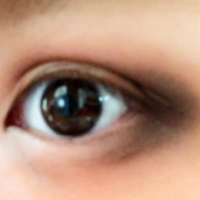ラメなしの黒を上下の目尻にふんわり薄く塗ります。