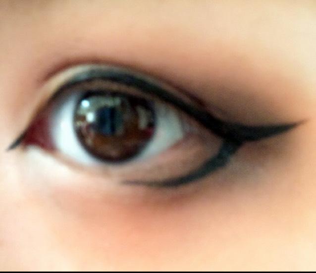 アイライン塗ります。 目頭切開ラインと目尻は上に跳ね上げる。 下は丸い目っぽくしてます。目の真ん中までカーブを描く感じです。