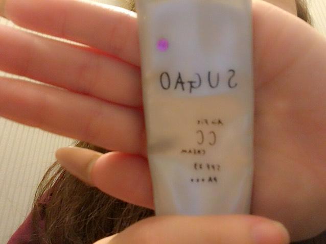 2.CCを顔全体に手で塗る