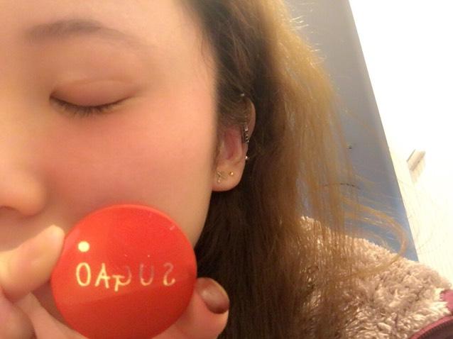 3.クリームチークを頬に手で塗る