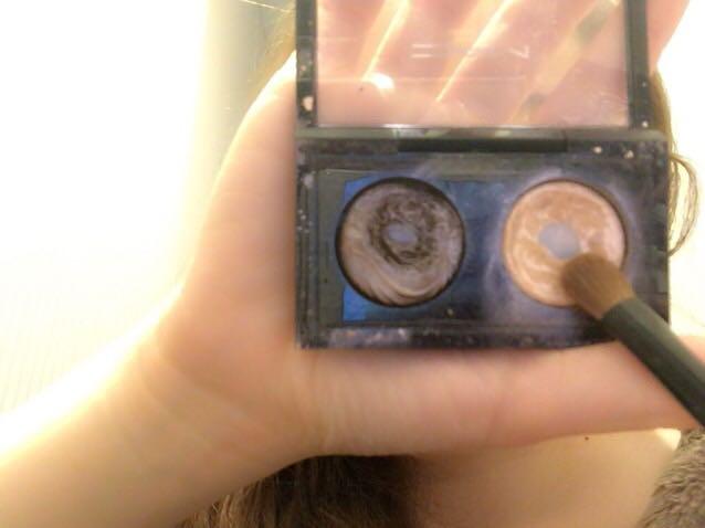 5.明るいシャドウを目頭からアイホール縦半分に塗る