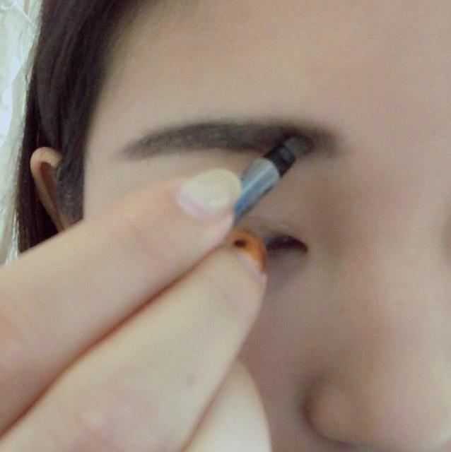 眉頭はパウダーでふんわり書いていきます。