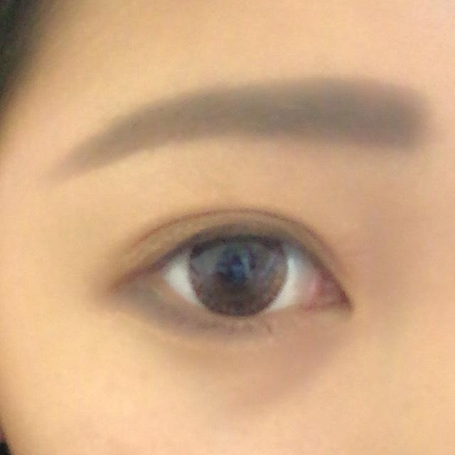 黒目の辺りが細くなるようにのせます。