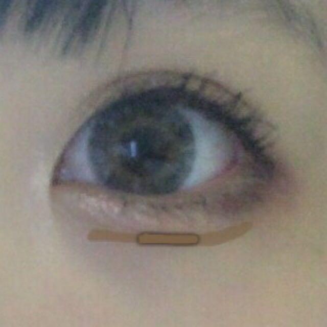 最後にKATEのパウダーアイブロウで影を入れます  これも黒目の下を濃く入れます