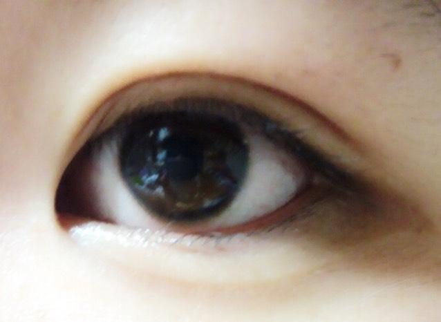 貼って目を開けるとこんな感じになります! ナチュラルメイク用なのでそんなに幅を広げてはいません。