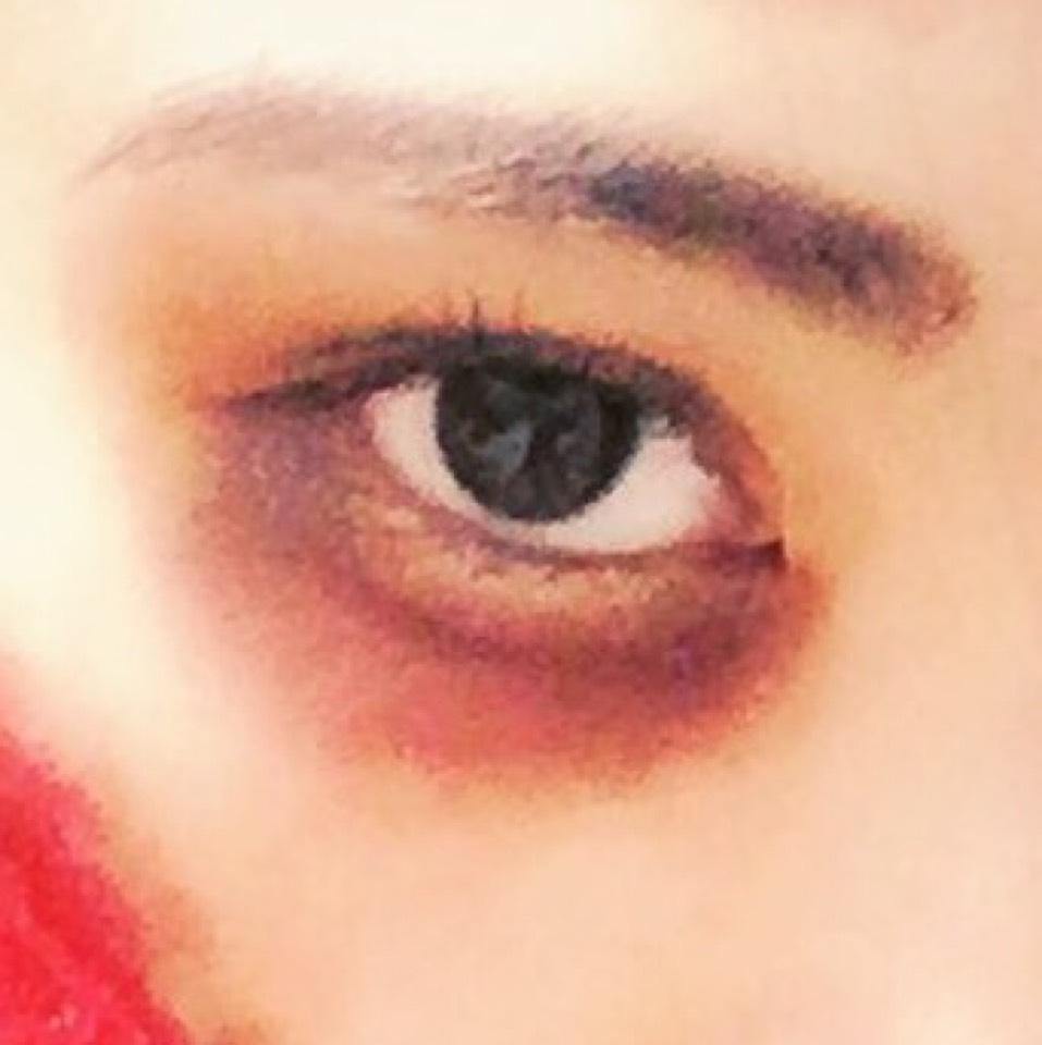 その後目の下にマット系のブラウンのシャドウを!ラメ入りではないやつを!塗ります!そして濃いめのちょっと紫に近い感じの赤リップを上から塗り指でなじませます。