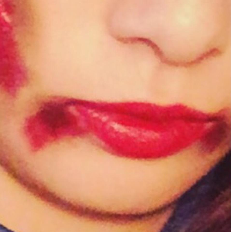 リップは先にリップバームを塗りその上からがっつり濃いめの赤リップを塗ってください。そして口元にブラウンのシャドウを少し塗りその上から赤リップをはみ出した感じで塗り指でなじませてください。