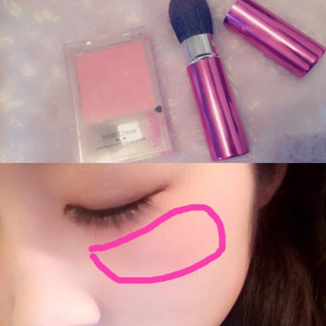 涙袋のすぐ下に横長でピンクのチークをいれます‼︎ ⁑塗りチークをしてからパウダーチークすると色が落ちにくいです‼︎