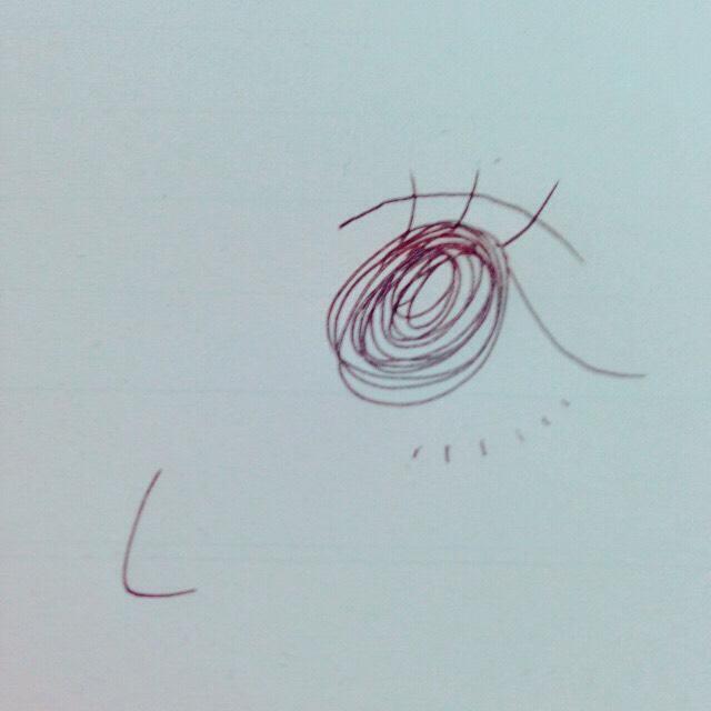 アイメイクは、上まぶたにラメ多めのシャドウを塗り、まつ毛は上も下もマスカラを塗ります。 アイラインは垂れさせてから跳ね上げデカ目に。