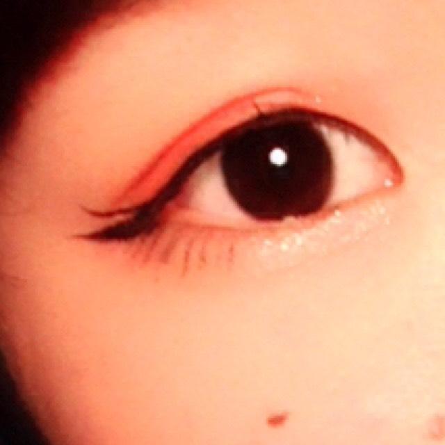 eye make  ピンクのチークをアイシャドウ代わりに。 ラインは大きく跳ね上げて、二本ラインを描く。 下まつ毛もラインで書きました。