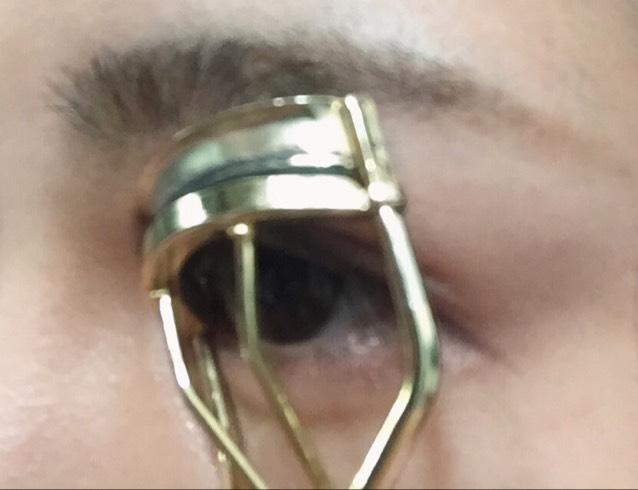 ビューラーを斜めにして目頭から黒目までのまつげを上げます。