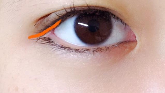 目尻だけにアイラインを引きます。
