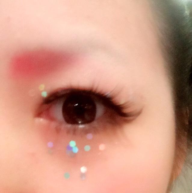 アイプチでラメを貼って 赤シャドウで麻呂眉にしました。 眉毛は全剃りです。 カラコンはエバーカラーワンデーのピンク。 つけまの芯が硬く黒いのでラインは目尻に偏ってます。 下まつげは実はライナーで描いています。