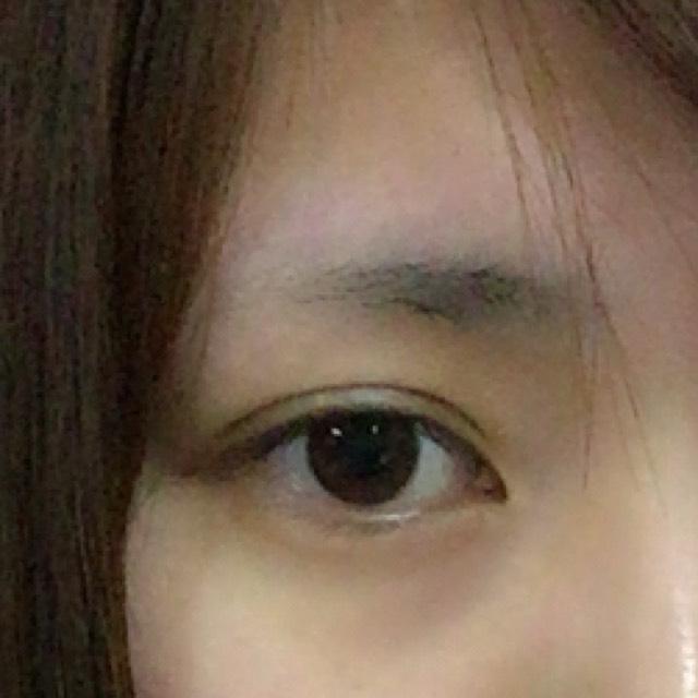 元の眉。 昔から剃り続けたせいで、半分くらいしかありません+上がり眉です。