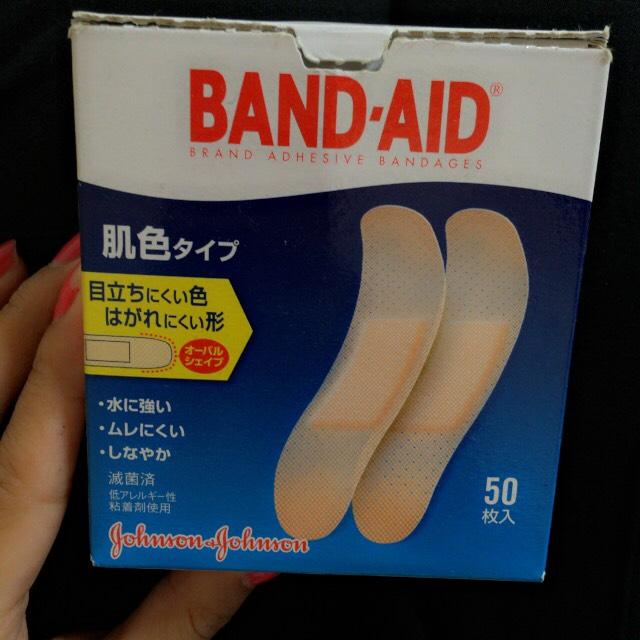 絆創膏は BAND・AIDを使っています。ダイソーなどに売っている物でも綺麗に二重幅を広げることができますが、いままで使った中で1番使いやすいのがBAND・AIDでした。