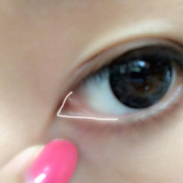 白の線に ジェルライナーで目頭下の粘膜を塗ります。 目頭の粘膜というより ラインを引く感じです(^ω^)