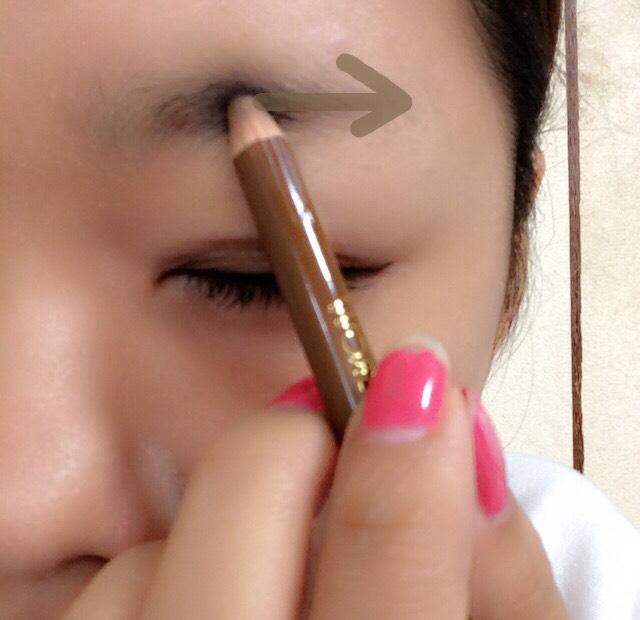 次はアイブロウをします。 目をつぶり 眉毛と目から平行に なるように書きます!^^