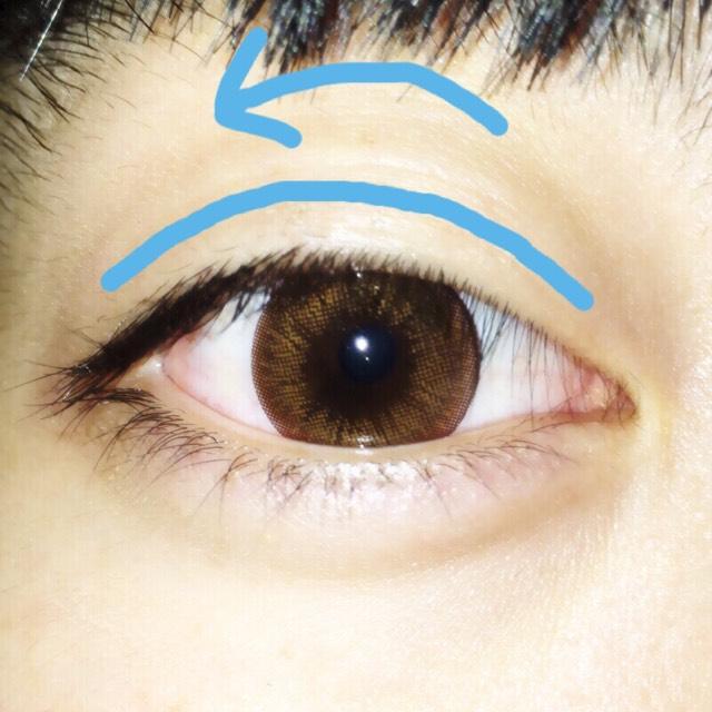 目頭から2ミリ、 目尻から2ミリ、  この間を 黒目の頂点が 一番高くなるように 弧を描く
