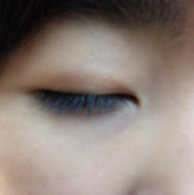 アイシャドーの4の色を瞼全体に塗ります。