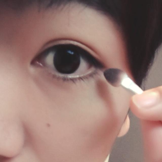 アイシャドー2の色をした瞼の目尻側に少しのせる。