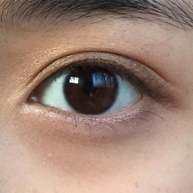 下まぶたの目尻から黒目の下まで薄く濃いブラウンのシャドーをのせます。 涙袋の部分には、Dの左上のピンクシャドーをのせていきます。