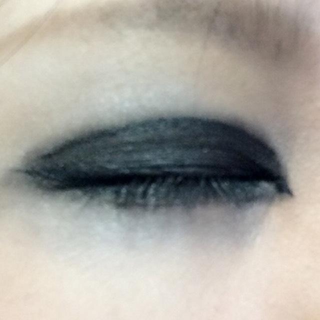 いつも通りラインを引いたら(目尻のハネは小さく)黒のラメなしでガッツリ二重気持ちはみ出すくらいまで濃く濃く塗ります。下もガッツリ囲むように塗ってください。